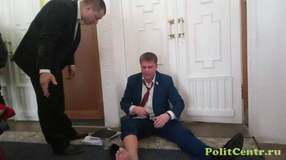 Охрана Кернеса вынесла депутата-антифашиста из зала горсовета (Видео)